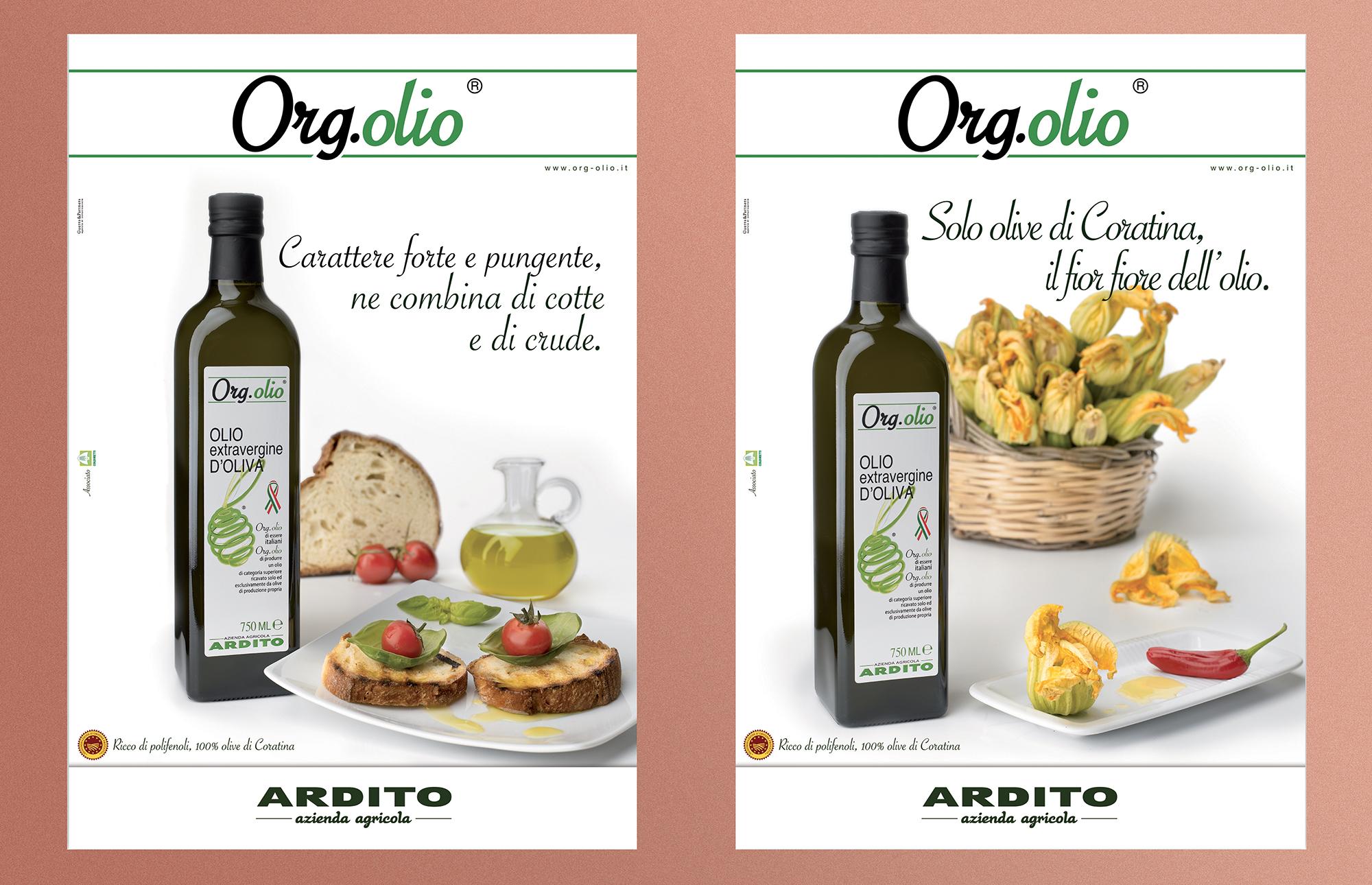 poster pubblicitario con bottiglia di olio e prodotti conditi su sfondo bianco